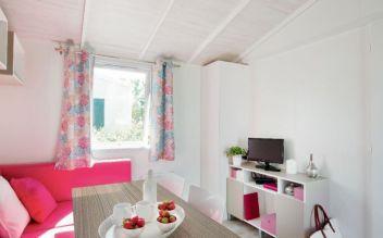 Salon du mobil home 4 à 5 personnes terrasse couverte